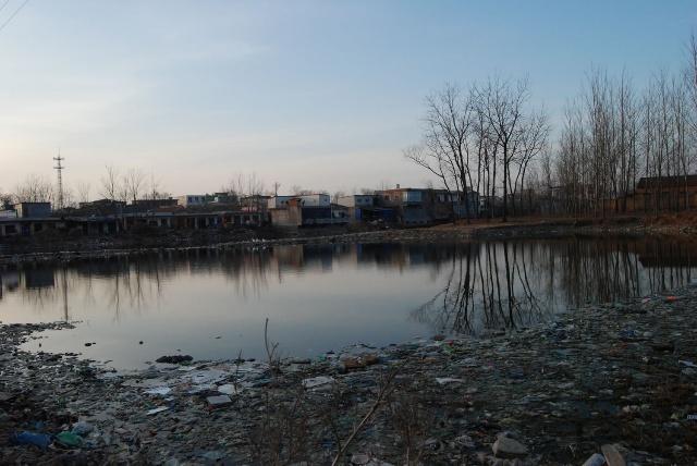 呼吁两会代表关注农村垃圾污染(照片+视频)