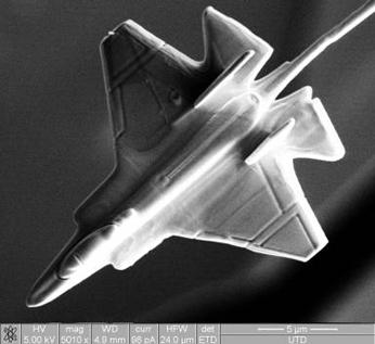 世界上最小的飞机与赛车(图)