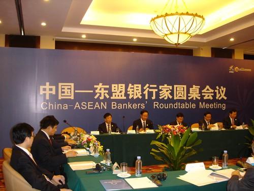 主持中国-东盟银行家圆桌会议并现场接受采访