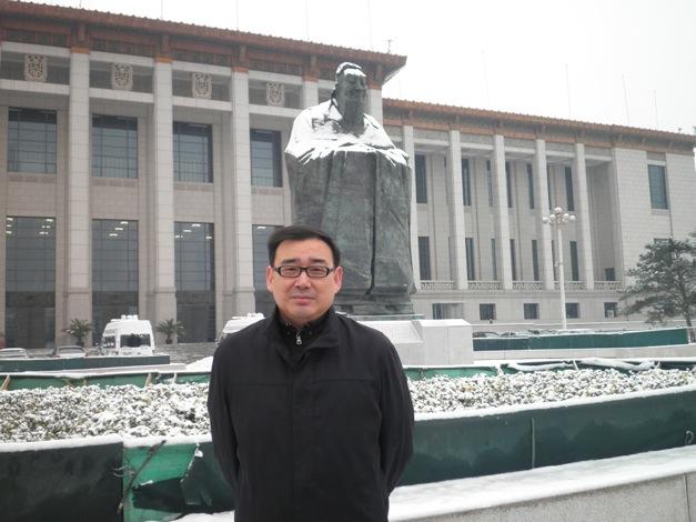 坐着思考躺着的毛泽东与站着的孔子