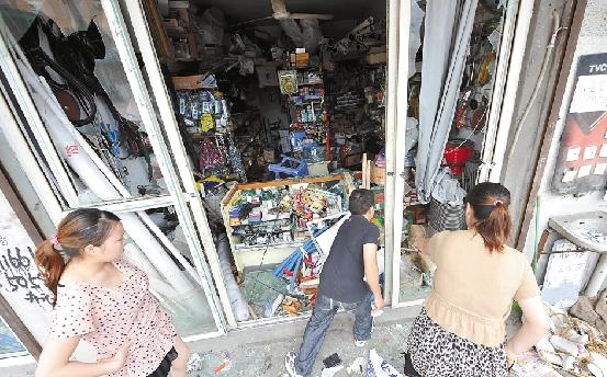又是鄞州:城管围观纹身汉们砸五金店
