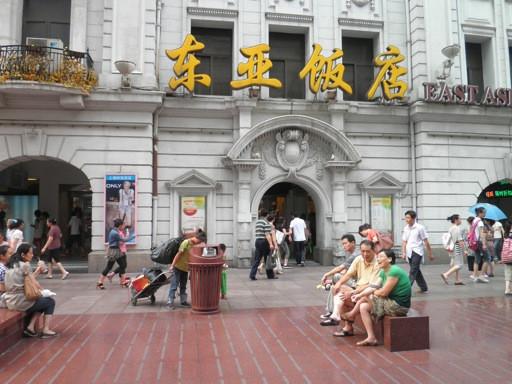 城市风景之:南京路上的母与子