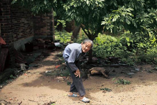 因为家里缺少劳动力,裴贵的奶奶80多岁了还在坚持干活