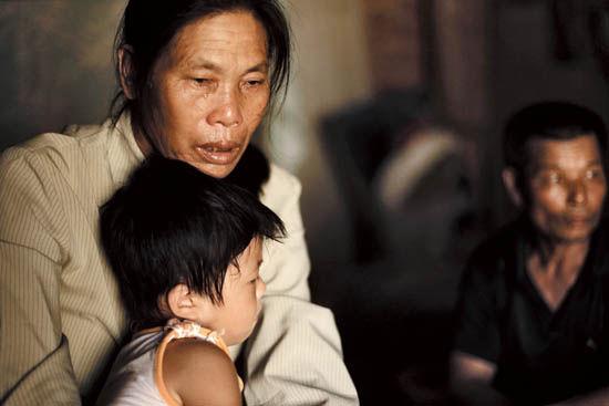 黄子富一直坚持做无罪供述。图中是黄子富的养父母