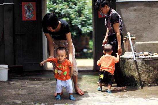 裴贵在婚礼举办前被抓走,如今他的孩子已经学走路了
