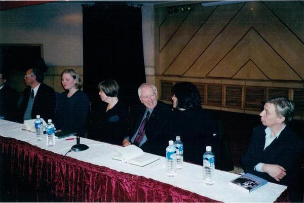 右边数第三个就是特爷爷,右二是特爷爷的中文译者、帅大叔李笠。