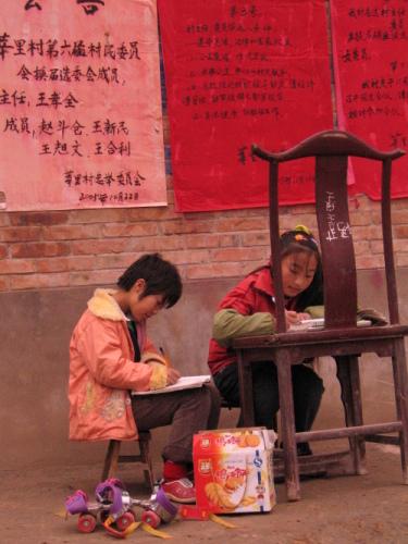 两位代表中国未来的美丽乡村少女
