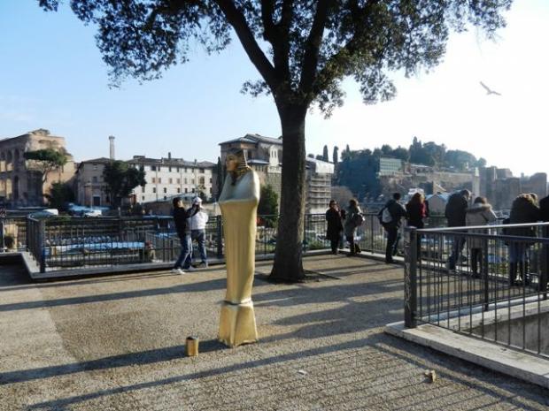 罗马广场上的无头绅士