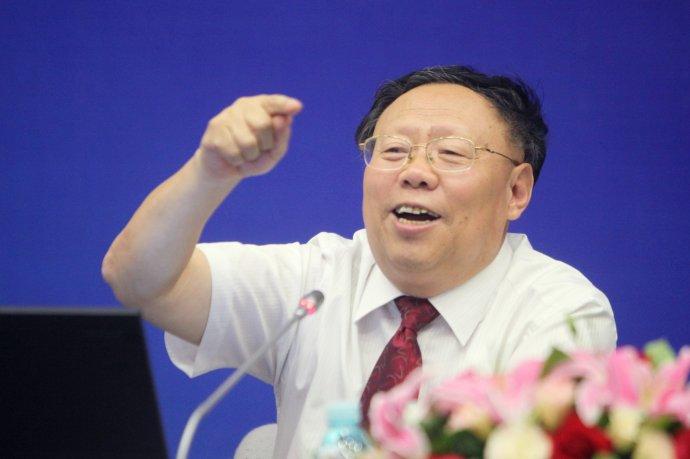 曹凤岐:把稳定经济调整结构放首位