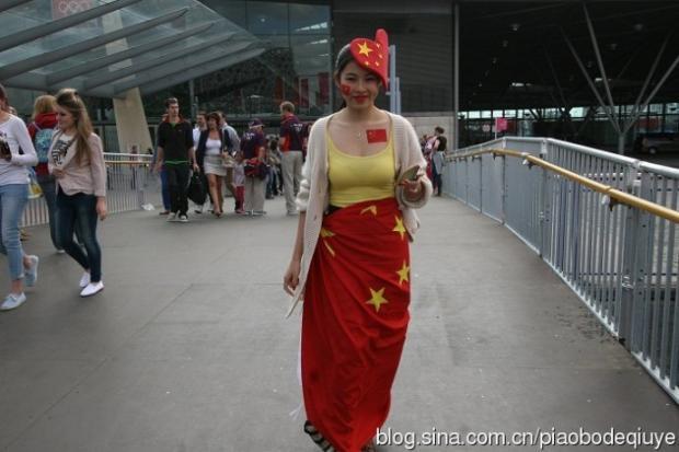 """""""国旗妹""""——奥运男子体操团体决赛赛场前的中国女孩"""