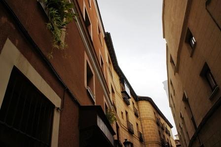 号称是马德里最窄的一条街,姑且称之为马城摸乳巷