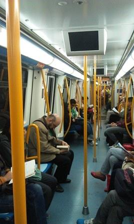 补一个昨天手机拍的马市地铁图,数数有多少人在看书!