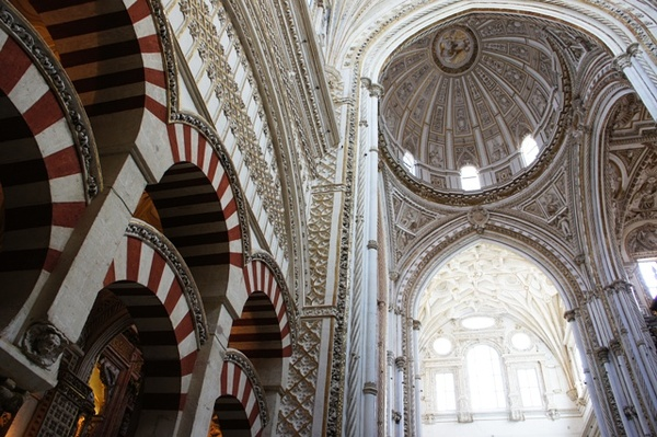 """大清真寺的一部分""""光复""""后被改成了大教堂,柱林与教堂穹顶交接处"""