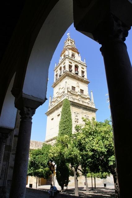 从大清真寺墙内的伊斯兰廊柱间拍到的天主教钟楼