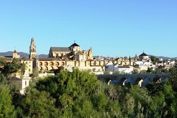 在中世纪修道院和塞万提斯住过的客栈里读诗