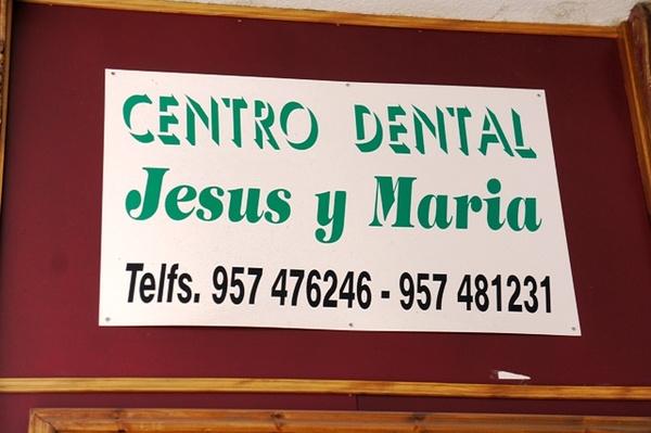 """我被这个门牌闪焦了。。""""耶稣和玛丽亚牙科中心"""",是说这里都是用《圣经》拔牙的么"""