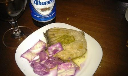 """腌卷心菜配小煎鱼。吃爽了,要了一瓶无醇啤酒,牌子居然是""""阿尔罕布拉宫"""",我明天要去的地方。"""