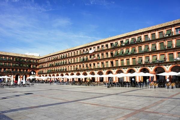 "Plaza de la Corredera,意译过来是""跑马溜溜的广场""。。。科尔多瓦的马文化很发达。。。"
