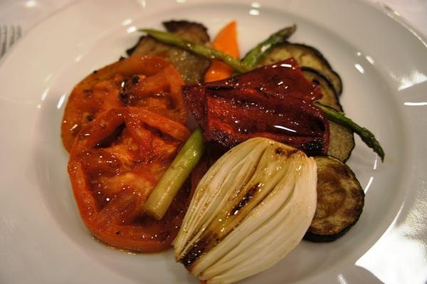 第一道菜居然是混烤蔬菜,番茄、茄子、彩椒、葱头和芦笋。很好吃!!!