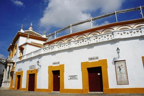 塞维利亚斗牛场,据说就是全西班牙其他地方都禁了斗牛,安达卢西亚大区也不可能禁。人家靠这个吃
