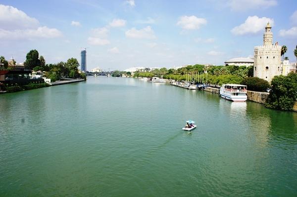 运河以及河边的黄金塔