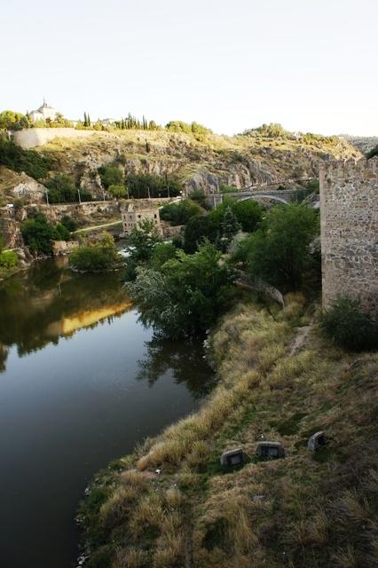 著名的塔霍河,流到葡萄牙就叫特茹河,在里斯本入海的时候很壮观,在托莱多还很幼齿。。