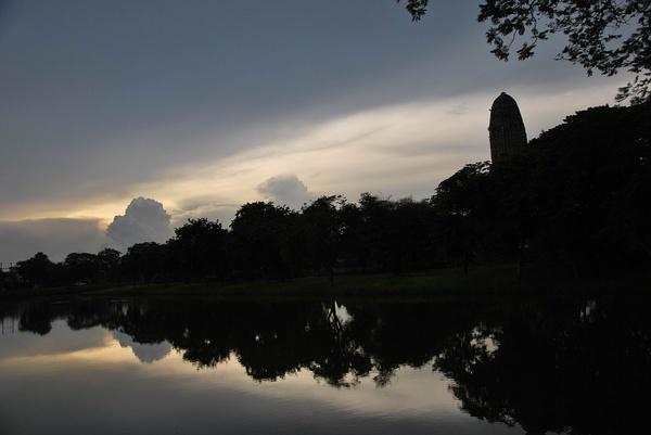 在中南半岛上,这类废墟式的古都也并不少见,缅甸的蒲甘,老挝的占巴塞