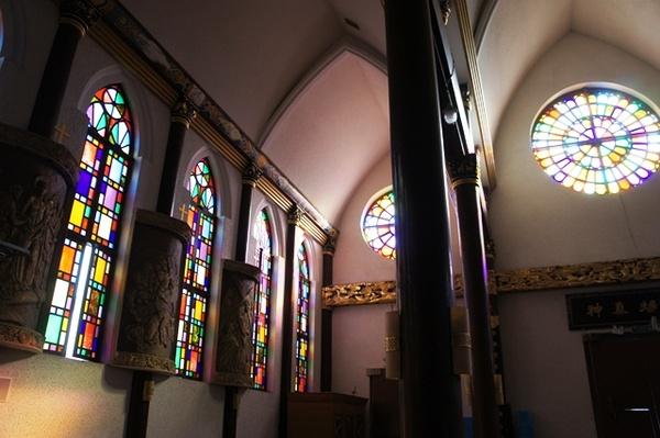 教堂的内部,哥特式细长尖券窄彩窗+中式雕花柱,炫翻了