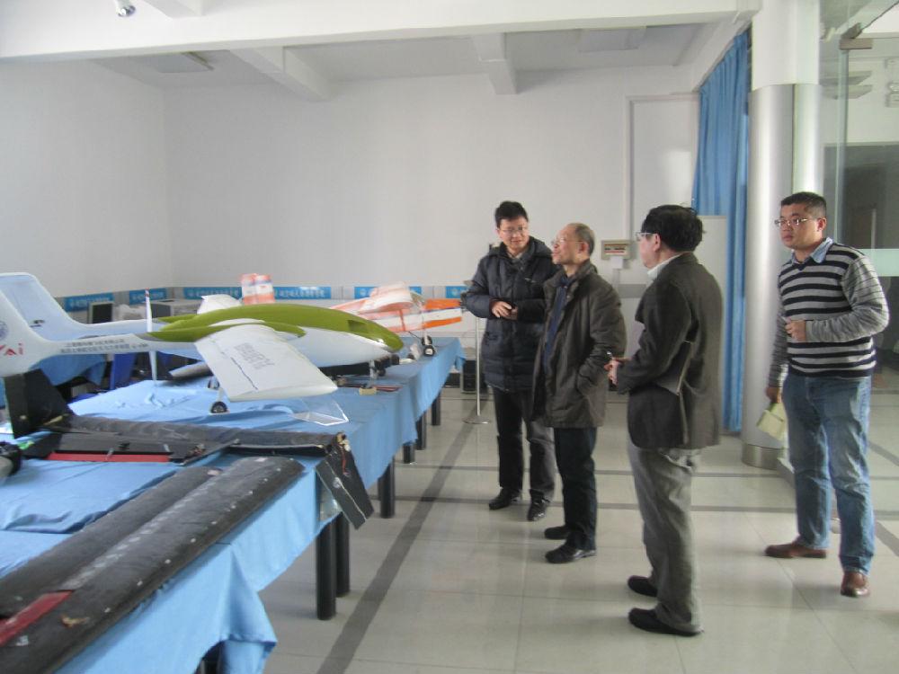 校长及教育部评估专家视察我们实验室