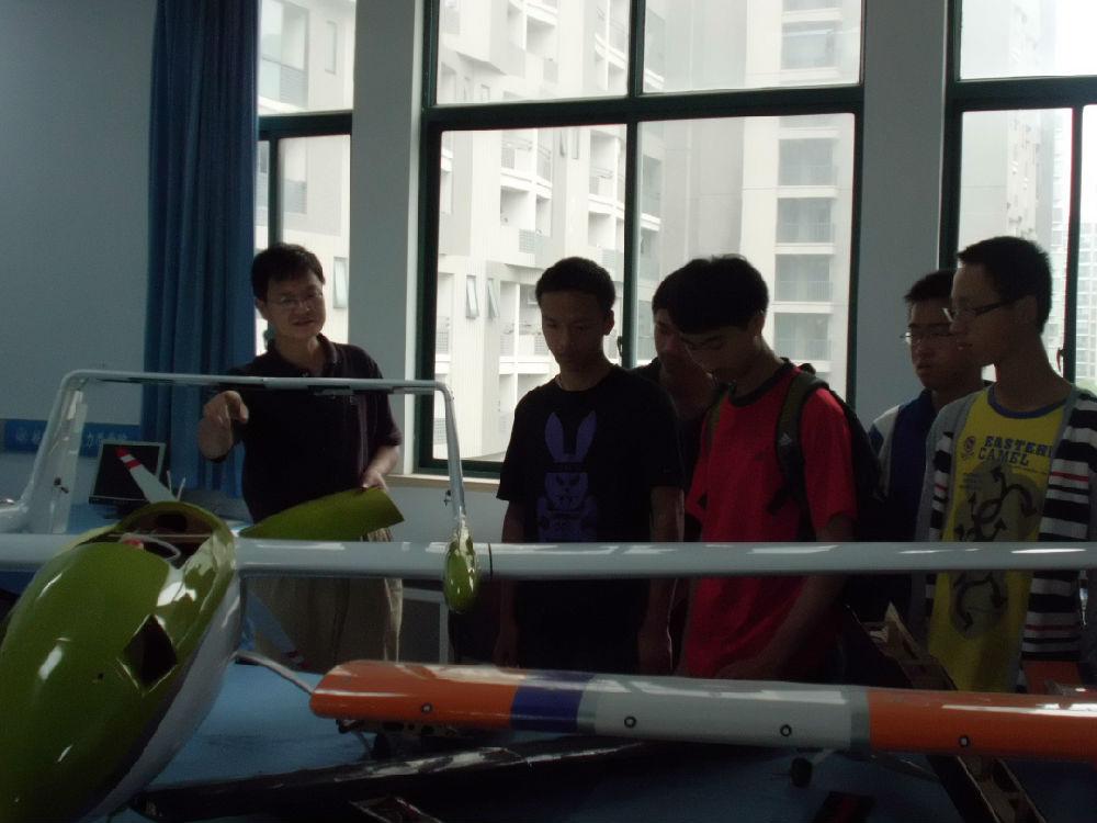 同济中学学生参观我们实验室(图)