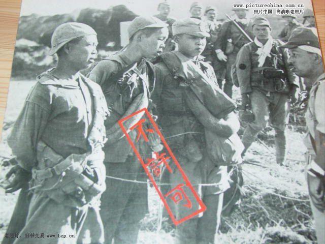 日军用鞭子教中国人排队