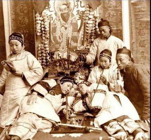 清朝女人敢在孔子像前吸大烟