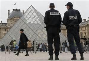 中国警察守护巴黎街道?