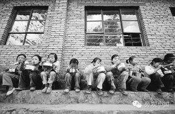 经济学人:为什么中国农民喂好了猪,却没能喂好孩子