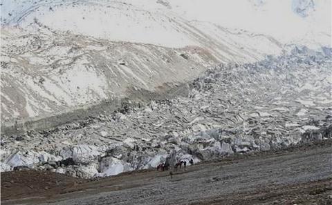 冰川移动吞没新疆万亩草场