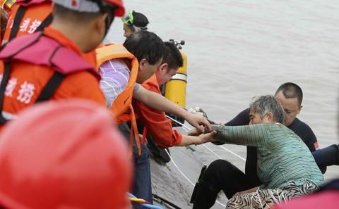 长江沉船事故超400人失踪 或有应急不当行为