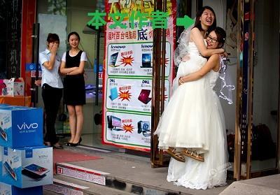 当她嫁给她,中国同志婚礼的背后