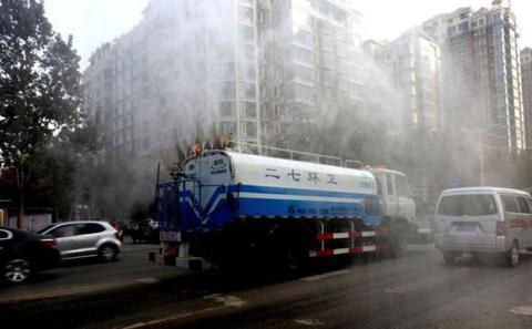 郑州:缺水城市洒水治霾