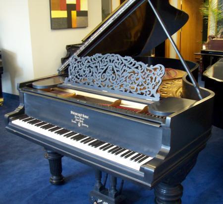 开着盖的钢琴