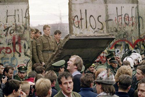 英国民众推倒了第二堵柏林墙