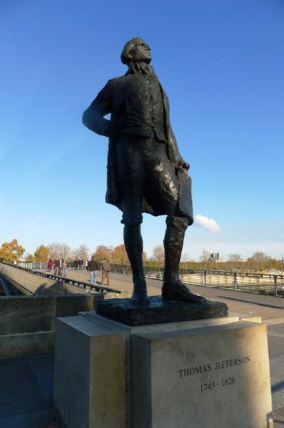 塞纳河畔的美国总统铜像