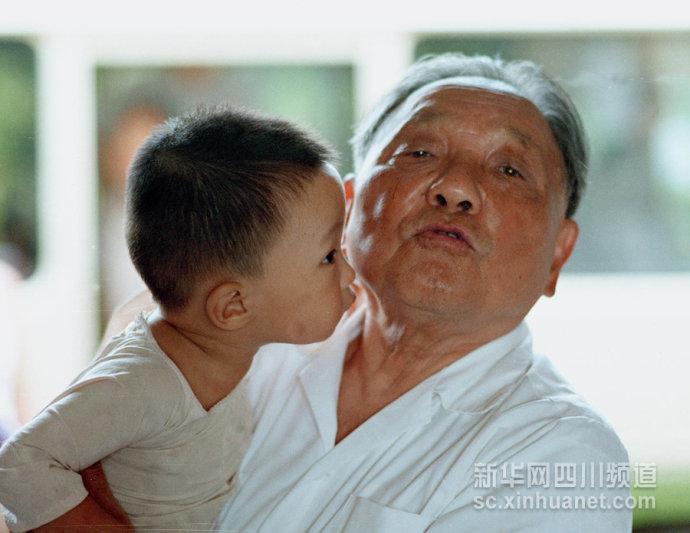 """与毛泽东握手为""""俯卧撑""""题字"""