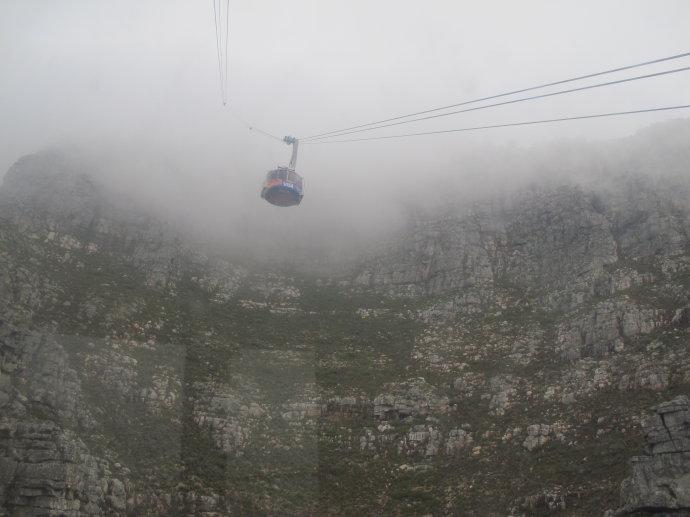 在南非桌山看云海交织奇