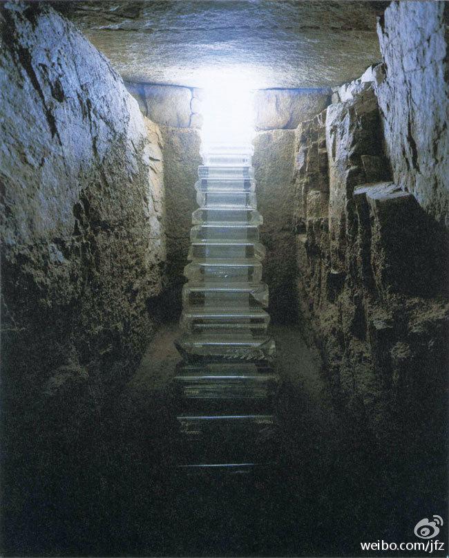 我去时是天黑,手电筒的光缓缓照亮眼前的玻璃梯,更震撼,感觉要被传授神功。