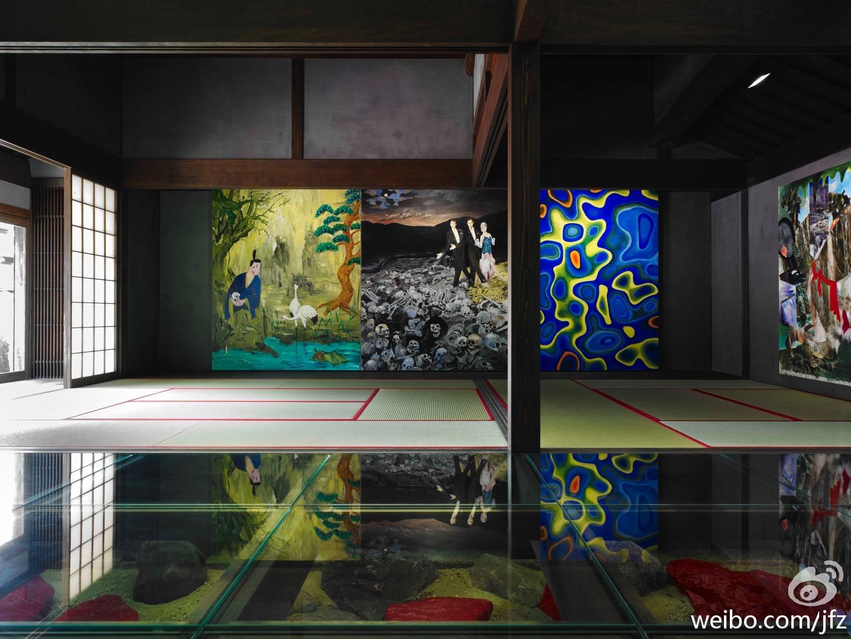 蓝黄相间的那副画,图案正是旁边那副尸骨上舞蹈的画中女人衣服的图案