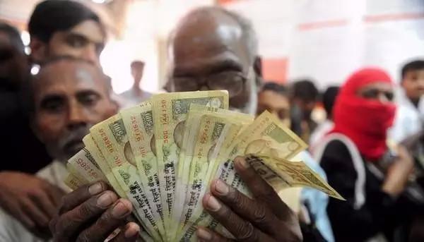 民众将大额现钞被迫存入银行,接受电子化
