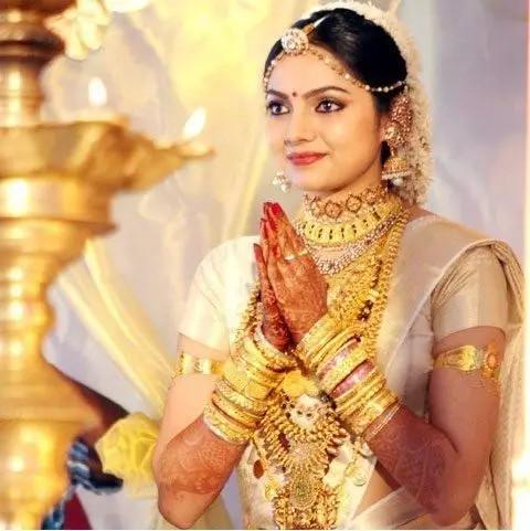 满身黄金首饰的印度女子