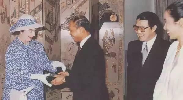 80年代英国女王视察广州白天鹅宾馆,当时的霍英东