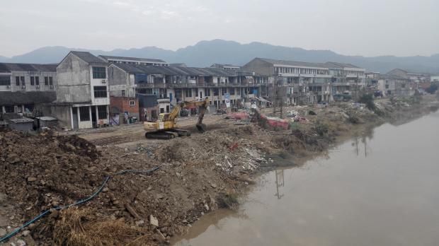 被洪水围困的浙江村民