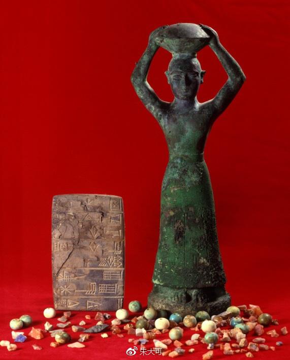"""乌尔第三王朝时期的雕像(公元前2113—2006年),石板左下方有清晰的楔形字""""帝""""字"""